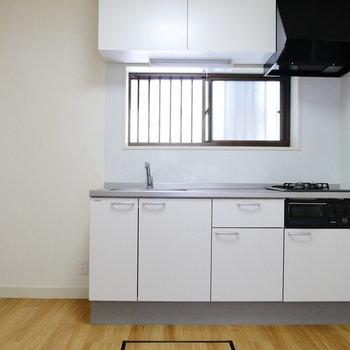 キッチンにも小窓あるのが嬉しい。冷蔵庫もちゃんと置けますよ。