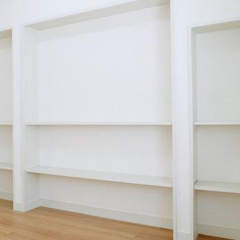 【洋室2】壁一面にオープンな収納棚。