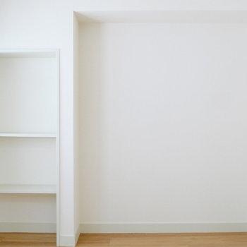 【洋室3】控えめな収納棚ありますね。