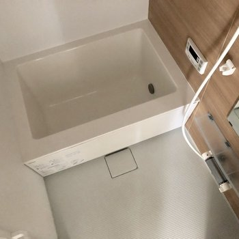 キレイなお風呂場!※電気が着く前、クリーニング前の写真です。