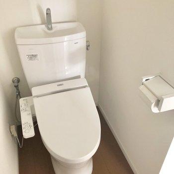 トイレはウォッシュレット付き。※電気が着く前、クリーニング前の写真です。