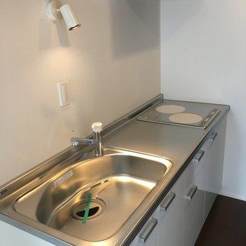 キッチンは至ってシンプル。IHなのが特徴的かな。