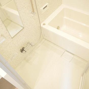 お風呂はこちら。新築ならではの綺麗さ◎ ※写真は2階の似た間取り別部屋です。