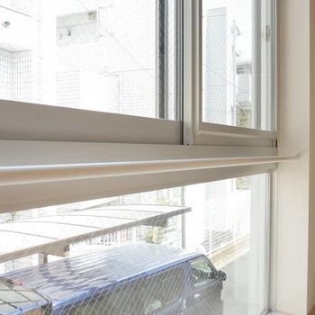 窓際、ここに洗濯物掛けられるかな ※写真は2階の似た間取り別部屋です。