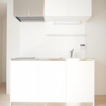 キッチンはお部屋にドンと。 ※写真は2階の似た間取り部屋です。別