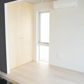 細い窓もあります!※写真は2階の似た間取り別部屋です。