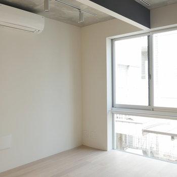 フローリング側には大きな窓! ※写真は2階の似た間取り別部屋です。