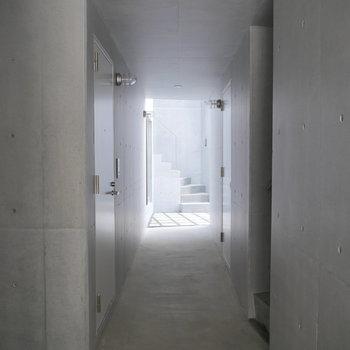 お部屋までのアプローチは・・・ ※写真は2階の似た間取り部屋です。別