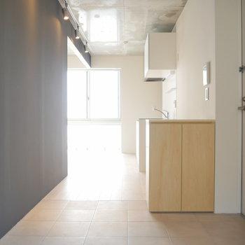 タイルとフローリングの二面性◎ ネイビーの壁も特徴的! ※写真は2階の似た間取り別部屋です。
