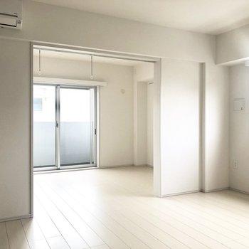 5階の角部屋!白を基調としています。