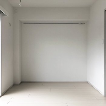 【洋室】シンプルですね。ピクチャーレールが付いています。※写真は前回募集時のものです。