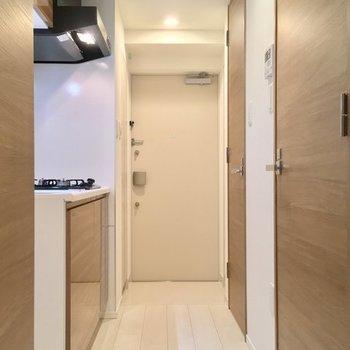 お部屋から玄関。ピカピカです。 ※同階同間取り別のお部屋の写真です