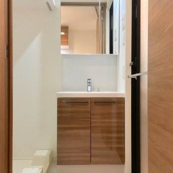 大きな鏡が嬉しい。洗濯パン上部には棚もあります! ※同階同間取り別のお部屋の写真です
