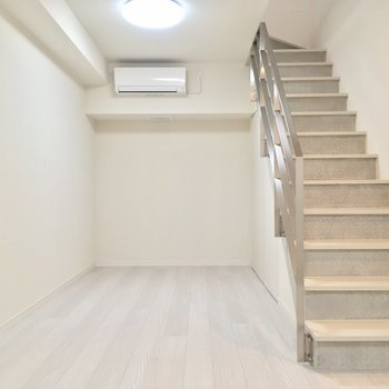 階段下に注目っ※写真は同階、反転間取りの別部屋です。