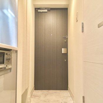 玄関広いですね◎※写真は同階、反転間取りの別部屋です。