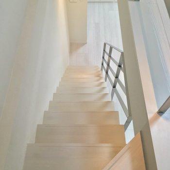 階段を降りると…※写真は同階、反転間取りの別部屋です。