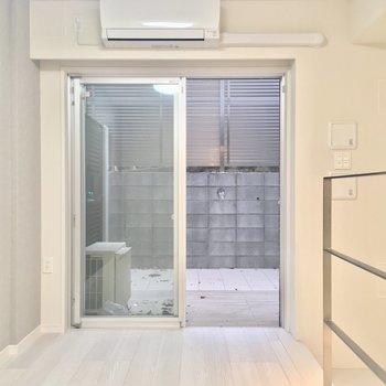 地下にいけます!※写真は同階、反転間取りの別部屋です。