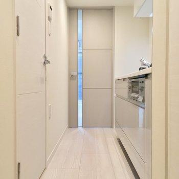 反対側から、左の白い扉がサニタリー※写真は同階、反転間取りの別部屋です。