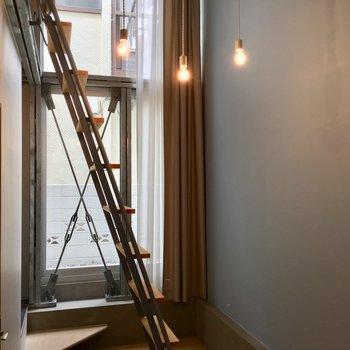 玄関側を見て。垂れ下がる電球がかわいいのです。
