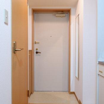 玄関廊下幅がありますね。