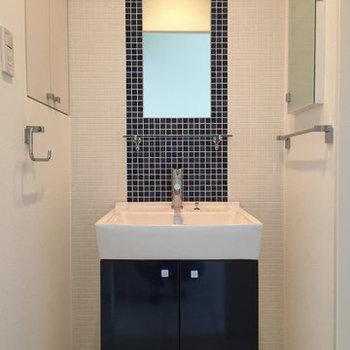 ブルーの可愛らしい洗面台※写真は11階、同間取りの別部屋です。