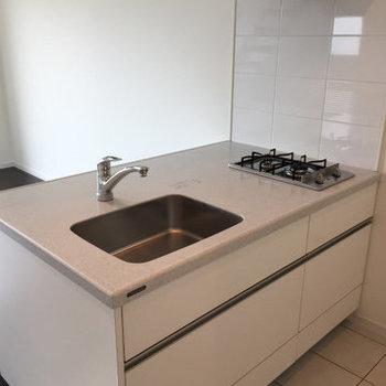 2口コンロの対面キッチン※写真は11階、同間取りの別部屋です。