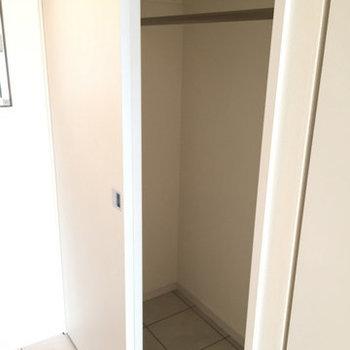 玄関部分にクローゼット。※写真は11階、同間取りの別部屋です。