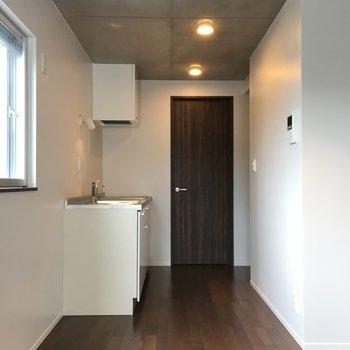 キッチンスペースになります。この写真ならよくわかるんですけど、天井がコンクリなんですよ!※写真は3階の同間取りの別部屋です。
