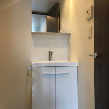 洗面台はきれい!※写真は3階の同間取りの別部屋です。