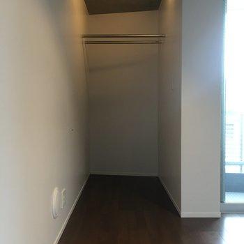 クローゼットはシンプルそのもの。見せる収納というやつですかね。※写真は3階の同間取りの別部屋です。