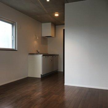 反対側から見るとこんな感じ。2面採光なので明るいですよ!※写真は3階の同間取りの別部屋です。
