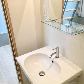 シンプルでピカピカ洗面台※写真は反転間取りのNo.2のお部屋です