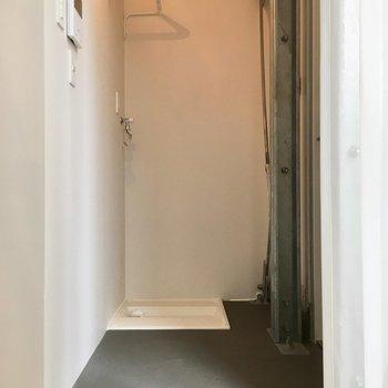 玄関スペースに洗濯機を無造作に置くスタイル※写真は反転間取りのNo.2のお部屋です