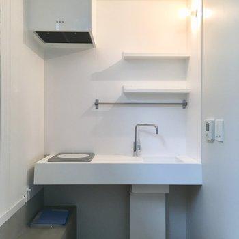 白とコンクリの調和したステキキッチン※写真は反転間取りのNo.2のお部屋です