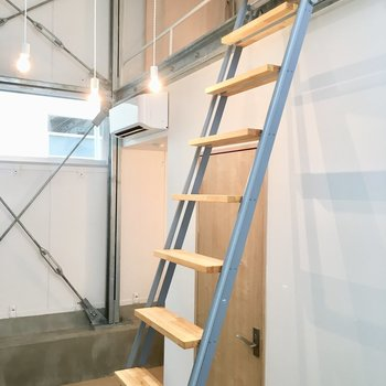 はしごをのぼってみましょう※写真は反転間取りのNo.2のお部屋です