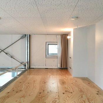 ワイルドな無垢床のロフト!※写真は反転間取りのNo.2のお部屋です