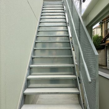 銀の階段をのぼって2階まで