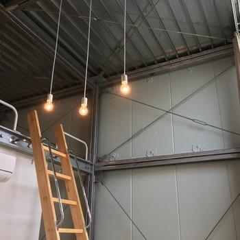 天井、電球この無骨でありながらオシャレな感じ
