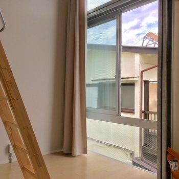 窓から心地よい風が吹いてくる※写真は同じ間取りのNo.7のお部屋です