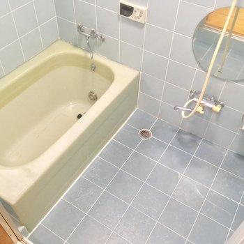 バスルームもパステルブルー!まあるい鏡がポイントに