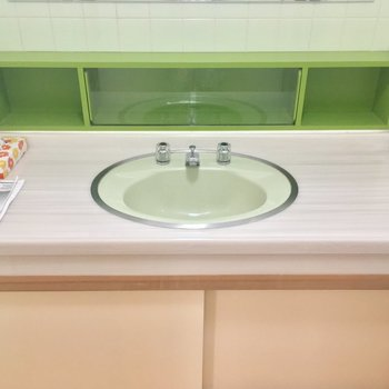 立派な洗面台!渋い色使いがレトロ可愛いネ