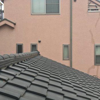 もうひとつの窓からの眺望。1階の屋根が見えるんです