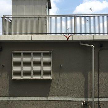 4.5帖の洋室からの眺望がこちら。目の前が建物。。。