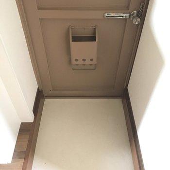 玄関は広くはないけど、狭くもない。