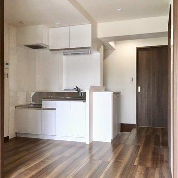 反対のアングル見るとこんな感じ。キッチンが玄関の横にありますよ。