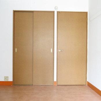 洋室:左の扉の中には広いウォークインクローゼット!(※写真はクリーニング前のもの)