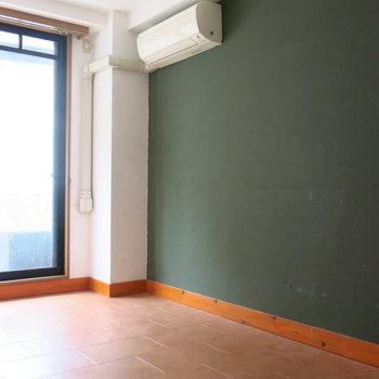 洋室:一面黒板みたいなカラーリング!(※写真はクリーニング前のもの)