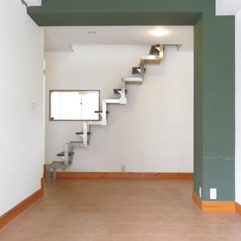 奥のギザギザが上への階段!(※写真はクリーニング前のもの)