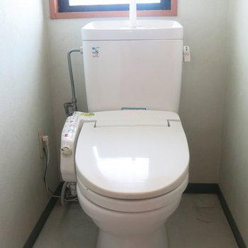 トイレにも窓がついているので換気しやすい!(※写真はクリーニング前のもの)