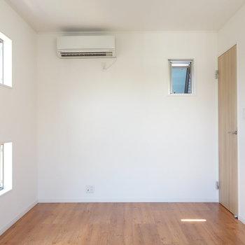 【洋室1】3面に渡って窓があります。